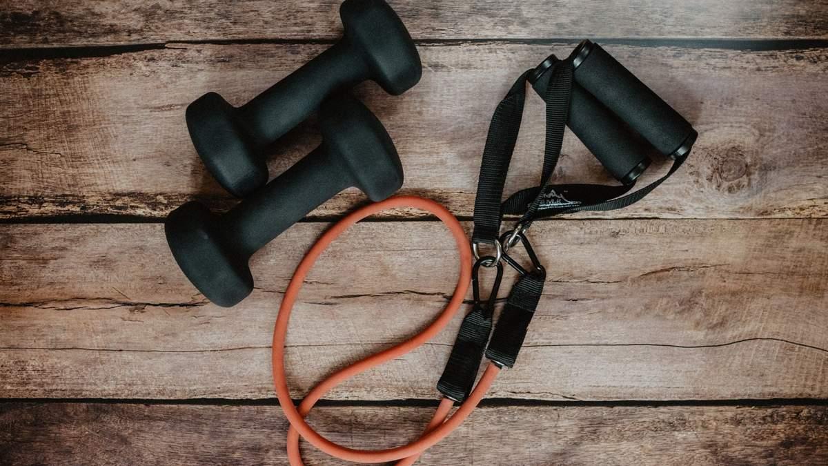 Як накачати руки за допомогою гумок для фітнесу – прості вправи