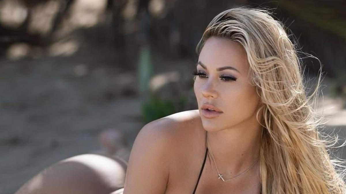 Кайндлі Маєрс еротично розляглася на піску – гаряче фото моделі