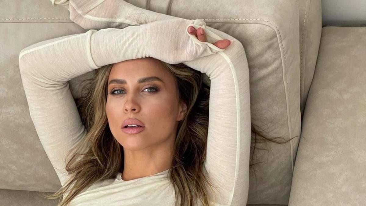 Українська модель похизувалася розкішним тілом на дивані: гаряче фото