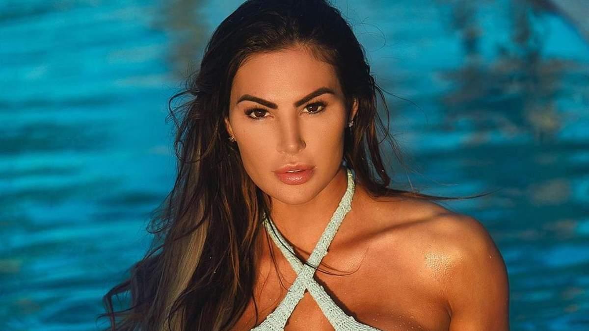 Сексуальная фитнес-модель едва вместила пышный бюст в крошечном купальнике: горячие фото