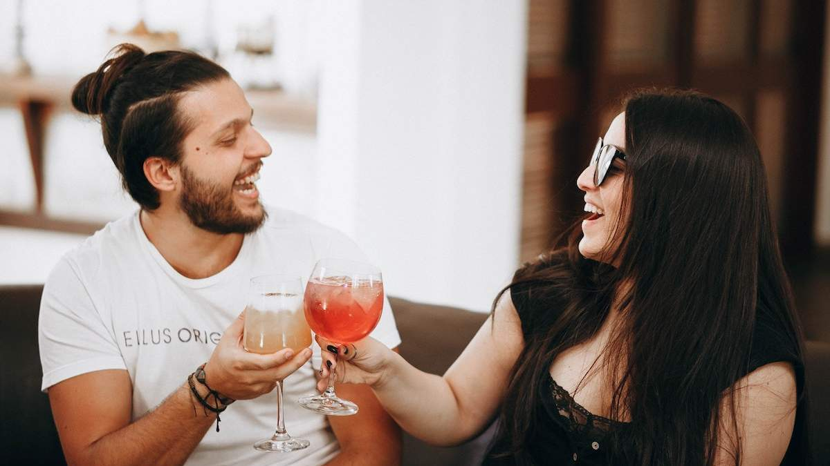 Чи приваблюють чоловіків жінки, які пахнуть алкоголем