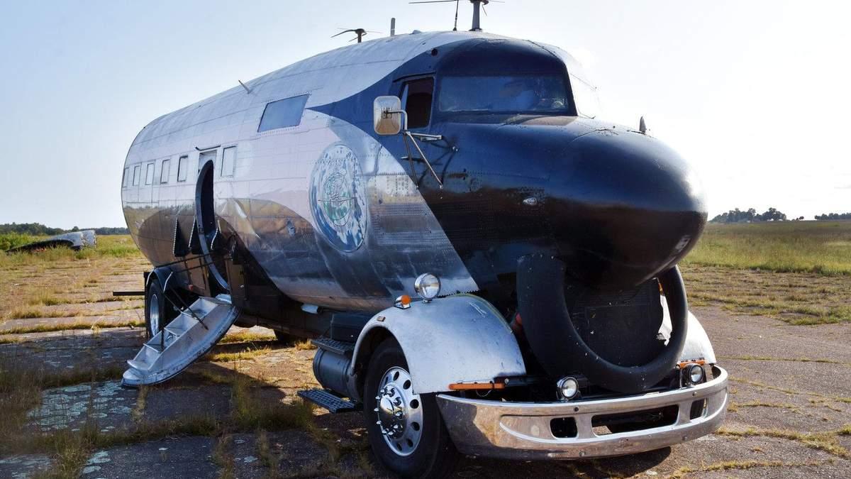 Чоловік перетворив літак Другої світової війни на дім на колесах: фото