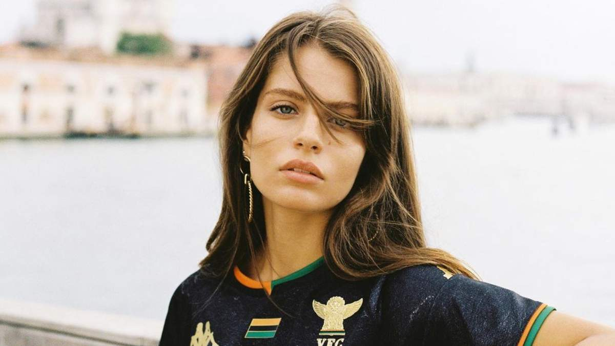 Сексуальна модель представила нову форму футбольного клубу Венеції