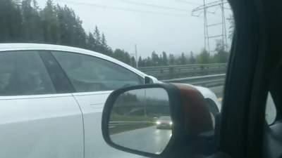 Напився та заснув за кермом: автопілот Tesla врятував життя водієві з Норвегії – відео