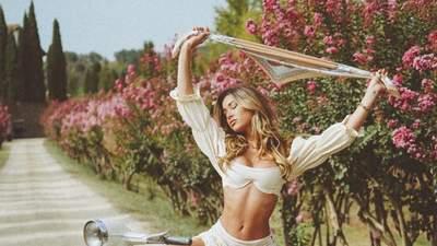 Модель Сінді Прадо потішила підписників еротичними фото на скутері