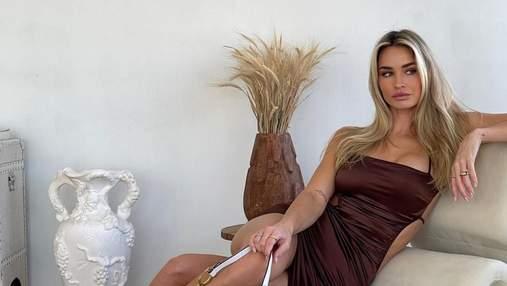 Модель Мэйди Эдвардс в кружевном белье сделала игривое селфи на кровати